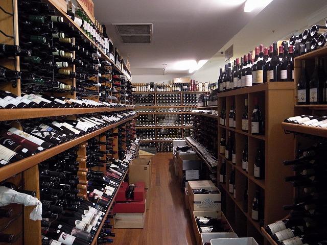 獺祭(日本酒)を陳列してるワインショップ Ultimo Wine Center