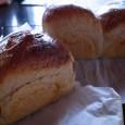 最近色々なパン作りにチャレンジしてる。 とは言っても見た目には、大差はない。形が違うならだれにでもわかるでしょうけど、わたしが作るのは、ほとんどが、丸い形のボールパンか、バターロールの形もしくは食パン型にいれて焼いた山型 […]