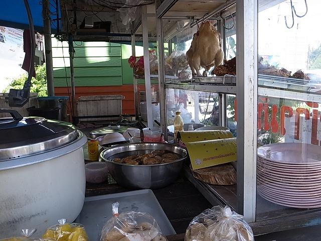 ナイヤンのローカルレストラン(空港近く)でカオマンガイとヌードルを食べる